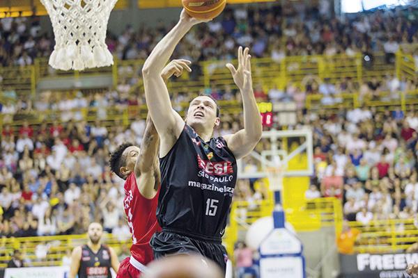 O pivô Lucas Cipolini (SUD) teve média de 9,5 pontos, 5,3 rebotes e 1,2 assistência na última temporada no Franca pelo NBB