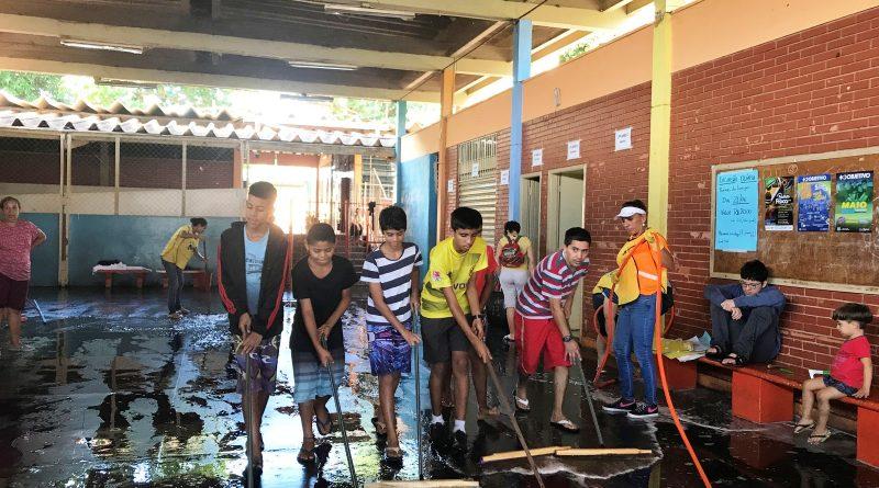 Pais, estudantes, professores e igreja se unem para faxina em escola pública na zona norte de Ribeirão Preto, SP