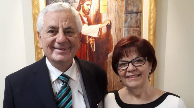 Casal Missionário servirá no Departamento de Assuntos Públicos