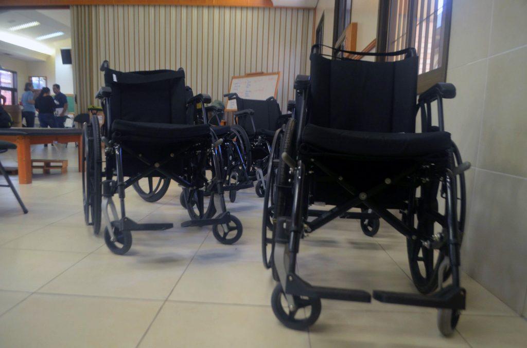 Primeira remessa do projeto reúniu 42 cadeiras de rodas nesta quarta-feira (5) (Foto: Carlos Alberto Jr/G1)