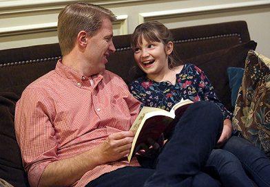 """Élder Cook diz que o estudo no lar no domingo deve ser """"uma alegria e um deleite"""""""
